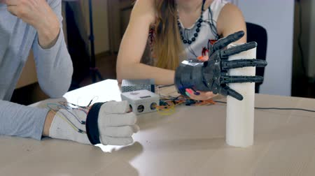 sentido : Electric robotic arm grabbing paper towels.