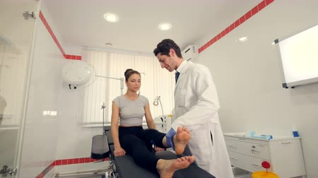 masażysta : A specialist is exercising womans leg