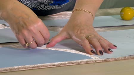 Пейсли : A tailor uses white piece of chalk to transfer patterns
