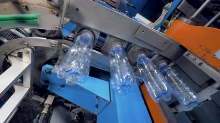 vstřikování : PET bottles transferred from molding chamber and aired inside.