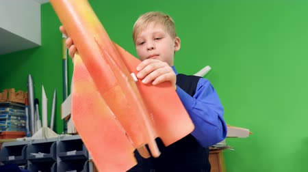 tektura : A kid is making a space rocket model at school