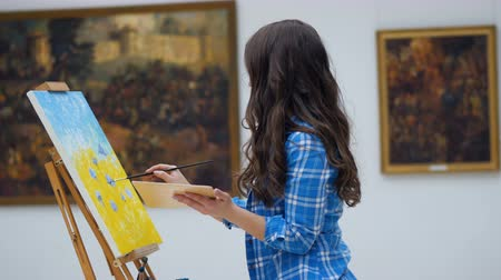 outstanding : Female artist painting a picture on canvas. Art gallery background. 4K. Stock Footage