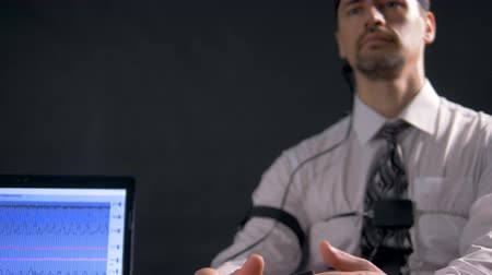 bizonyítani : A polygraph examination subject answers questions without fear.