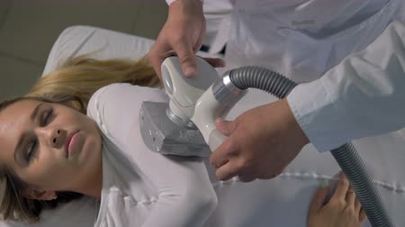 tření : A woman with closed eyes during massage on her bent arm. Dostupné videozáznamy