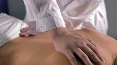 terapeuta : A manual medical massage on a female back. Stock Footage