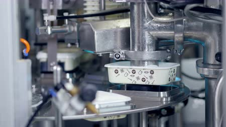 paketleme : Automized process of cheese production at a plant.
