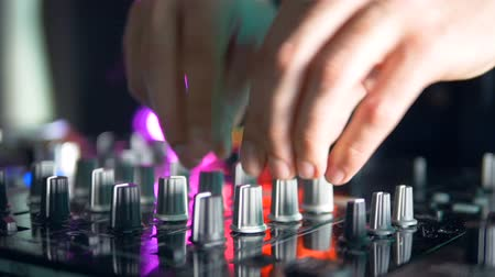 ajustando : Silver and black mixer knobs in use.
