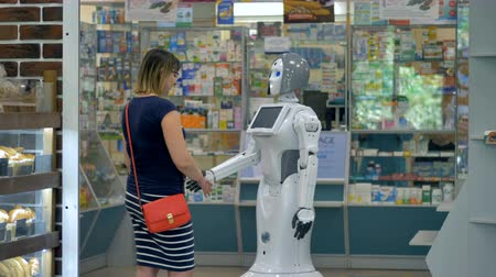 boticário : A robot shakes hands with a female customer. Vídeos