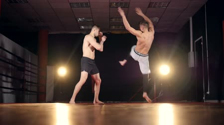 zapasy : A fighter throws down his opponent with one well-placed kick. Wideo