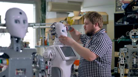 guarda costas : An engineer fixes robots mask. Stock Footage