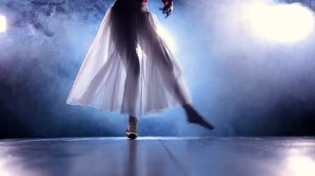 ipuçları : A ballerina steps from one foot to another. Stok Video