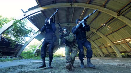 bulletproof : Three unrecognizable armed men slowly move on the ground looking for shooting targets.
