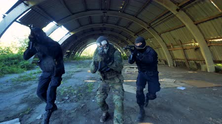 винтовка : Three masked men turn around with guns.