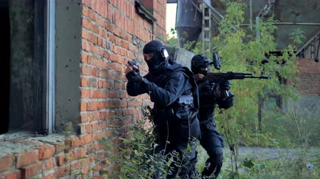special police : Two swat soldiers check an old brick building during the anti-terrorist operation. 4K.