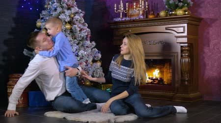 искренний : Family exchanges kisses at Christmas time. Стоковые видеозаписи