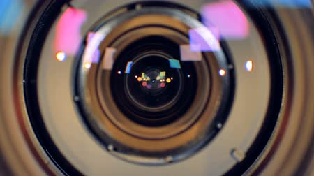 фокус : A macro view on a camera lens going out of focus. Стоковые видеозаписи