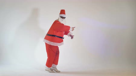 caricatura : Funny Santa Claus making funny dancing dance moves on a white background. 4K.