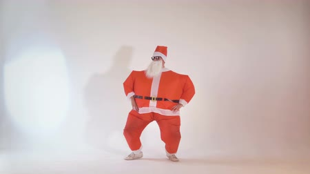 caricatura : Cheerful Santa Claus partying on Christmas eve making funny dancing movements. 4K.