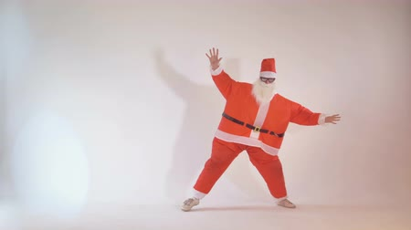 карикатура : Clumsy cheerful Santa Claus falls while exercising. 4K. Стоковые видеозаписи