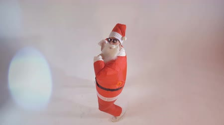 piada : Santa Claus artist wants the viewer to join party dance.