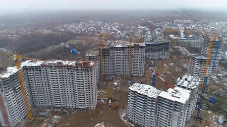 enredo : Several apartment complexes under construction.
