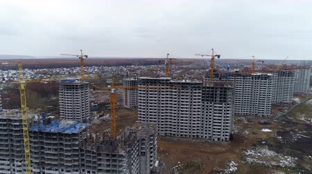 benzer : A line of identical apartment houses during construction. Stok Video