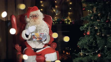 par : Santa claus cheerfully invites, waving hands, greeting. Stock Footage