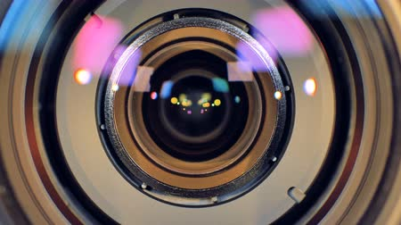 фокус : A macro view on a camera lens getting blurred out.