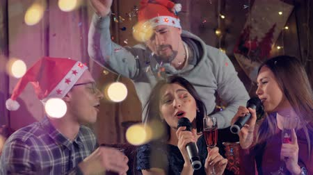 караоке : A man joins two singing women at a Christmas party.