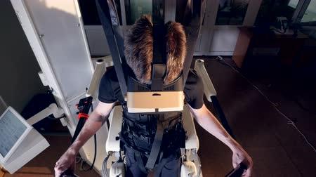 ayarlanabilir : A top angle view on a guy in an exoskeleton. Stok Video