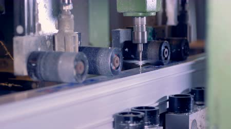 golenie : Milling industrial machine produces plastic part at a factory. Wideo