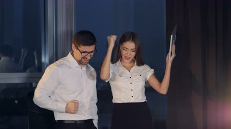 karşılaştırmak : Business partners celebrate victory when compare laptop and tablet data.