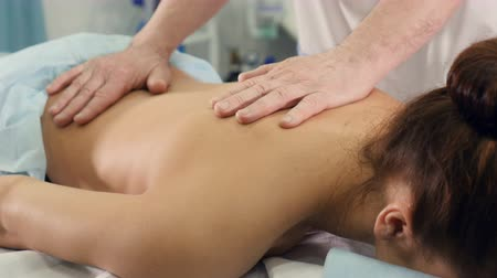 terapeuta : Close up of the massage therapist massaging womans back Stock Footage