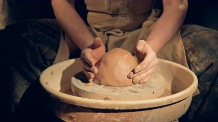 iş istasyonu : Potters hands put clay on a wheel. Stok Video