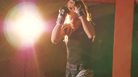 nápadný : A female fighter in protective gloves shows off her punching skills. Dostupné videozáznamy