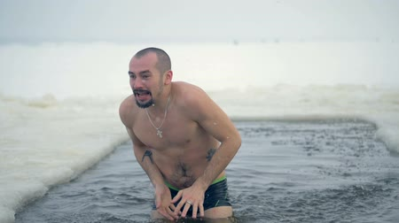 разорвал : A man splashes freezing cold water on and around himself.