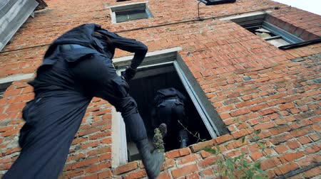 опасность : Special forces servicemen overrun a position in a brick building.
