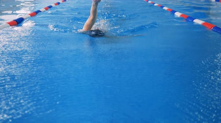 пловец : A swimmer in a slow motion back crawl moving to camera.