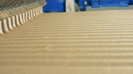 сладость : Close up of sweet candy cream flowing from a working conveyor