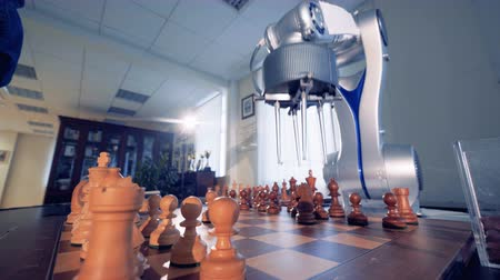 посетитель : Artificial intelligence, robot chessplayer playing chess with a man. 4K. Стоковые видеозаписи
