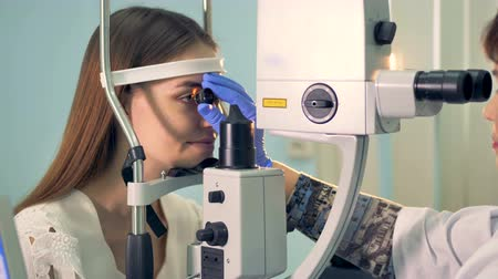 optyk : Close up of an eyesight examination process held by a doctor Wideo