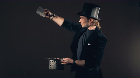 wheeze : Magician perfoming a card trick. Stock Footage