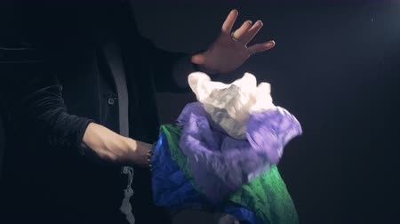 travessura : A pile of multicolored cloths is appearing in magicians right hand. Vídeos