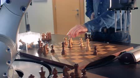 mekanizma : Artificial intelligence, robot chessplayer playing chess with a man. 4K. Stok Video