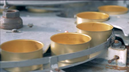 konserve : Golden tin cans are getting along the conveyor belt Stok Video