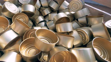 üreten : Top view of a pile of empty tin cans laying in a wooden container. 4K.