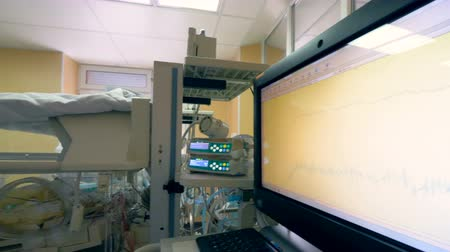 eğrilik : Medical box with a new born baby and close up of a hospital monitor