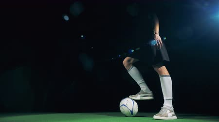 slintání : Close up of soccer player doing tricks and dribbling the ball. 4K.