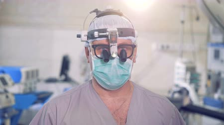 cirurgião : Surgeon portrait close up. Doctor with modern medical devices looking into camera. Stock Footage