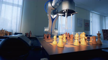 шах и мат : Robot playing chess. 3D rendering. Стоковые видеозаписи
